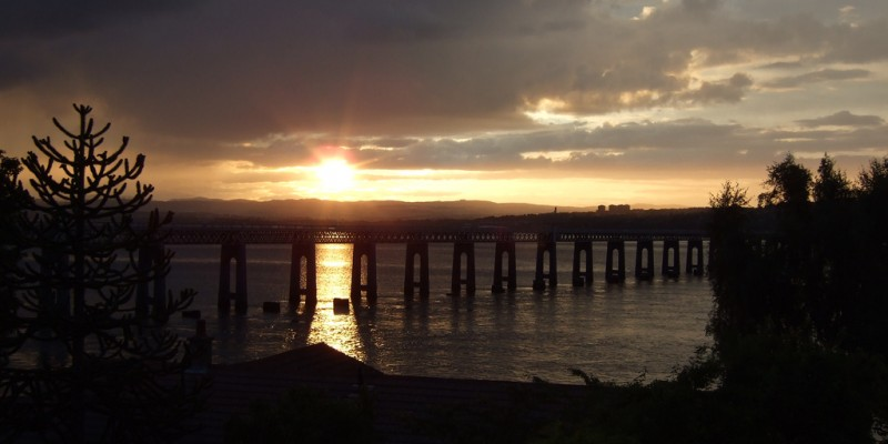 Dusk_on_a_sunny_summers_day_across_Dundee,_Scotland,_July_17,_2007